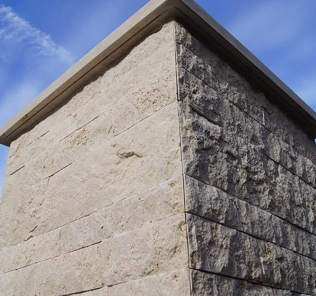 Pilastro in Travertino a Spacco