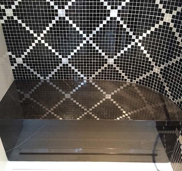 Seduta in marmo Nero Marquinia / pareti in mosaico vetroso
