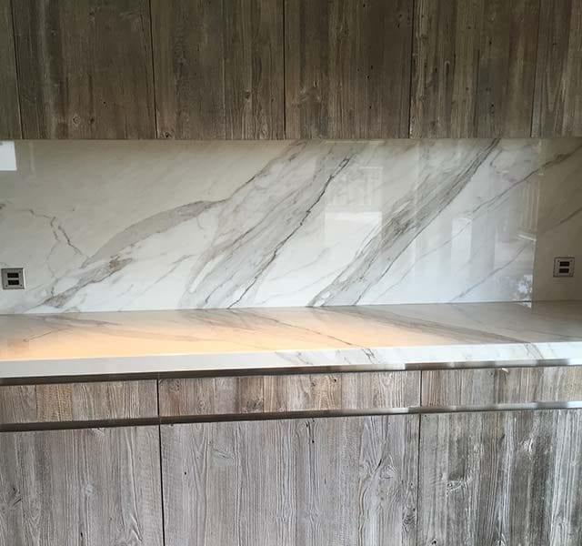 Piano e rivestimento in marmo Calacatta Borghini