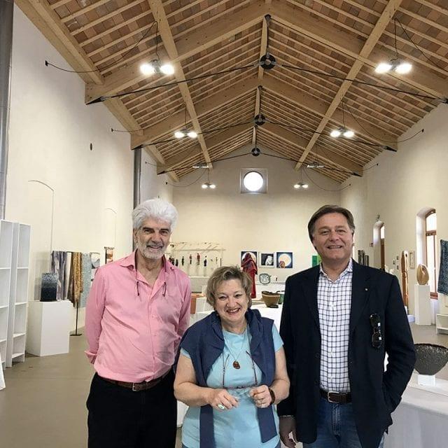 Da sinistra a destra: Claudio Gianettoni (vice presidente), Franziska Brenni-Zoppi (presidente Aticrea), Andrea Gehri (direttore di Gehri Rivestimenti)